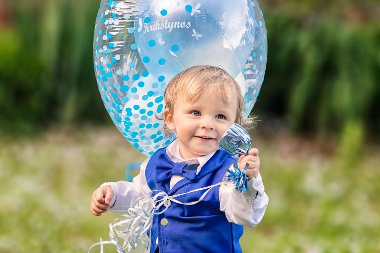 berniukas krikstynu apranga pavasaris fotosesija gamtoje melynas balionas