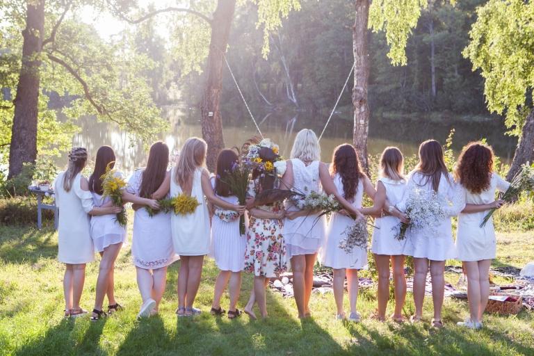 megvakaris gamtoje jaunos merginos baltomis suknelemis busima jaunoji geliu vainikas